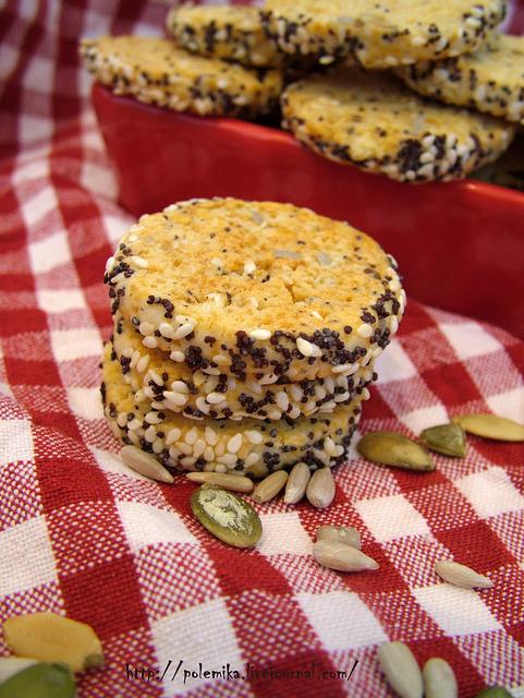 Соленое печенье с сыром и семечками